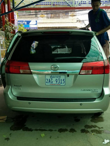 Toyota Sienna XLE Limited year 2004  $22,500